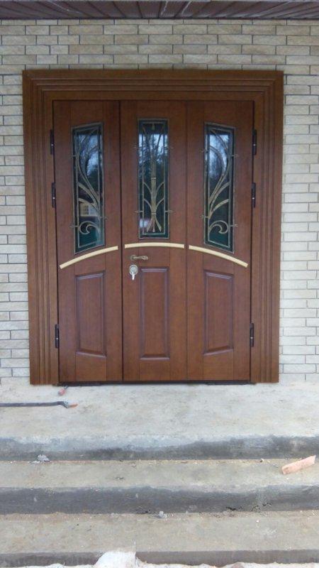 парадная входная дверь со стеклом и ковкой