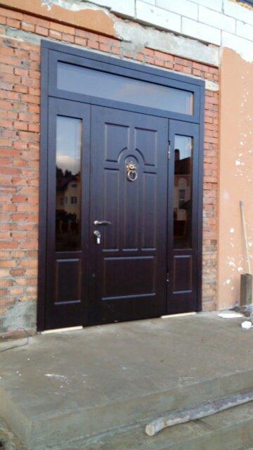 металлические двери со стеклом в клину